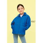 Διαφημιστικό παιδικό αντιανεμικό αδιάβροχο με κουκούλα που διπλώνει στον γιακά, υπάρχει η δυνατότητα να είναι τυπωμένα με στάμπα μεταξοτυπίας η ραμμένα με κέντημα, το λογότυπο και τα στοιχεία σας.